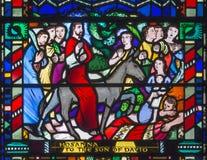 LONDRES, GRAN BRETAÑA - 16 DE SEPTIEMBRE DE 2017: El vitral de la palma Sundy - entrada de Jesús en Jerusalén en St Etheldreda de fotografía de archivo