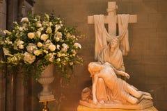 LONDRES, GRAN BRETAÑA - 17 DE SEPTIEMBRE DE 2017: La estatua de mármol del Pieta en la iglesia de St James Spanish Place Imagen de archivo