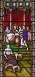 LONDRES, GRAN BRETAÑA - 19 DE SEPTIEMBRE DE 2017: La parábola del hombre rico y de Lazarus en el vitral en iglesia del ` s del St foto de archivo
