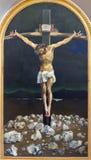 LONDRES, GRAN BRETAÑA - 17 DE SEPTIEMBRE DE 2017: La pintura moderna de la crucifixión en iglesia del St Peter Italian de Cyril M Imagen de archivo libre de regalías