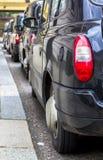 Londres, Gran Breta?a 12 de abril de 2019 Calle de Kensington Aparcamiento del taxi El taxi de Londres se considera el mejor taxi imágenes de archivo libres de regalías
