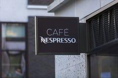 Londres, grand Londres, le Royaume-Uni, le 7 février 2018, un signe et un logo pour le café Nespresso de Soho photos stock