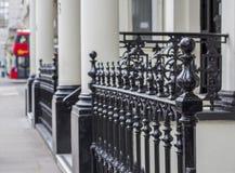 Londres, Grande-Bretagne Rue de Kensington Barri?re en m?tal sur une des maisons photos stock