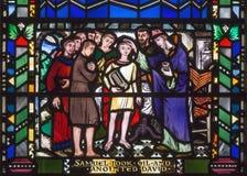 LONDRES, GRANDE-BRETAGNE - 16 SEPTEMBRE 2017 : La scène d'oindre de David par Samuel sur le verre souillé dans St Etheld d'église photographie stock libre de droits