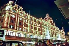 Londres, Harrods la nuit dans Noël image stock