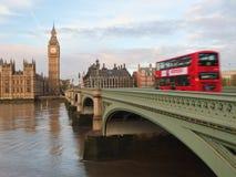 Londres icónico - autobús de dos pisos - autobús rojo - Big Ben Fotos de archivo libres de regalías