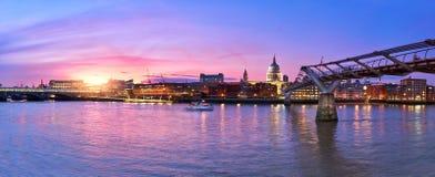 Londres iluminada, vista sobre Thames River do banco sul Ennba imagens de stock