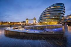 Londres, Inglaterra - ayuntamiento y el puente de la torre Fotos de archivo libres de regalías