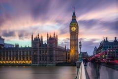 Londres, Inglaterra - Big Ben e as casas do parlamento no crepúsculo fotografia de stock