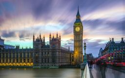 Londres, Inglaterra - Big Ben e as casas do parlamento no crepúsculo com o céu colorido bonito fotografia de stock royalty free