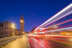 Londres, Inglaterra - Big Ben e casas do parlamento tomadas do meio da ponte de Westminster no crepúsculo imagem de stock