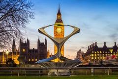 Londres, Inglaterra - Big Ben, el icono famoso de Londres con las casas del parlamento y de los autobuses rojos del autobús de do Fotografía de archivo libre de regalías