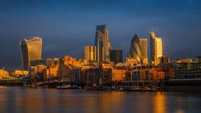 Londres, Inglaterra - céu dramático surpreendente e luz solar dourada da hora no distrito do banco de Londres foto de stock royalty free