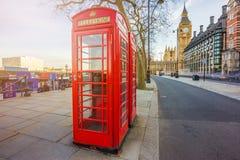 Londres, Inglaterra - caixa de telefone vermelha britânica tradicional em Victoria Embankment com Big Ben fotos de stock royalty free