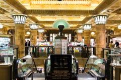 Londres, Inglaterra - 4 de abril de 2017: Interior del Harrods famoso fotos de archivo libres de regalías