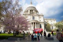 Londres, Inglaterra - 16 de abril de 2016: Turista desconhecido em St Paul C Fotos de Stock Royalty Free