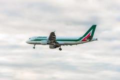 LONDRES, INGLATERRA - 22 DE AGOSTO DE 2016: Aterrissagem de Aiplane das linhas aéreas de EI-DTI Airbus A320 Alitalia no aeroporto Fotografia de Stock