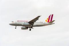 LONDRES, INGLATERRA - 22 DE AGOSTO DE 2016: Aterrissagem de Airbus A319 das linhas aéreas de D-AGWM Germanwings no aeroporto de H Foto de Stock
