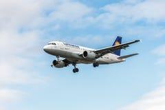 LONDRES, INGLATERRA - 22 DE AGOSTO DE 2016: Aterrissagem de Airbus A319 das linhas aéreas de D-AILE Lufthansa no aeroporto de Hea Imagens de Stock