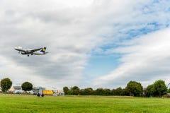 LONDRES, INGLATERRA - 22 DE AGOSTO DE 2016: Aterrissagem de Airbus A319 das linhas aéreas de D-AILE Lufthansa no aeroporto de Hea Imagem de Stock Royalty Free