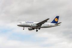 LONDRES, INGLATERRA - 22 DE AGOSTO DE 2016: Aterrissagem de Airbus A319 das linhas aéreas de D-AILE Lufthansa no aeroporto de Hea Foto de Stock