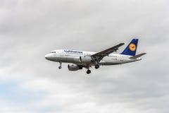 LONDRES, INGLATERRA - 22 DE AGOSTO DE 2016: Aterrissagem de Airbus A319 das linhas aéreas de D-AILE Lufthansa no aeroporto de Hea Imagens de Stock Royalty Free