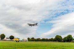 LONDRES, INGLATERRA - 22 DE AGOSTO DE 2016: Aterrissagem de Airbus A319 das linhas aéreas de D-AILE Lufthansa no aeroporto de Hea Fotos de Stock