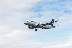 LONDRES, INGLATERRA - 22 DE AGOSTO DE 2016: Aterrissagem de Airbus A320 das linhas aéreas de D-AIUS Lufthansa no aeroporto de Hea Imagem de Stock