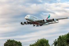 LONDRES, INGLATERRA - 22 DE AGOSTO DE 2016: Aterrissagem de Airbus A380 das linhas aéreas dos emirados de A6-EEN no aeroporto de  Fotografia de Stock Royalty Free