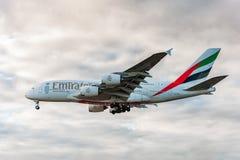 LONDRES, INGLATERRA - 22 DE AGOSTO DE 2016: Aterrissagem de Airbus A380 das linhas aéreas dos emirados de A6-EEN no aeroporto de  Foto de Stock