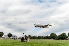 LONDRES, INGLATERRA - 22 DE AGOSTO DE 2016: Aterrissagem de Airbus A380 das linhas aéreas dos emirados de A6-EEX no aeroporto de  Fotografia de Stock