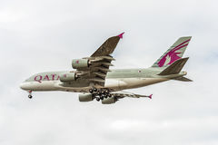 LONDRES, INGLATERRA - 22 DE AGOSTO DE 2016: Aterrissagem de A7-APB Qatar Airways Airbus A380 no aeroporto de Heathrow Fotografia de Stock Royalty Free