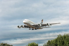 LONDRES, INGLATERRA - 22 DE AGOSTO DE 2016: Aterrissagem de A6-APF Etihad Airways Airbus A380 no aeroporto de Heathrow, Londres Foto de Stock