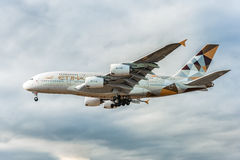 LONDRES, INGLATERRA - 22 DE AGOSTO DE 2016: Aterrissagem de A6-APF Etihad Airways Airbus A380 no aeroporto de Heathrow, Londres Imagem de Stock