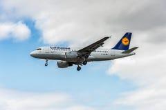 LONDRES, INGLATERRA - 22 DE AGOSTO DE 2016: Aterrissagem de D-AILP Lufthansa Airbus A319 no aeroporto de Heathrow, Londres Foto de Stock Royalty Free