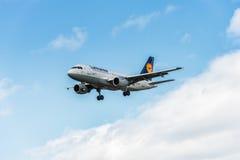 LONDRES, INGLATERRA - 22 DE AGOSTO DE 2016: Aterrissagem de D-AILP Lufthansa Airbus A319 no aeroporto de Heathrow, Londres Fotografia de Stock