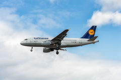 LONDRES, INGLATERRA - 22 DE AGOSTO DE 2016: Aterrissagem de D-AILP Lufthansa Airbus A319 no aeroporto de Heathrow, Londres Fotografia de Stock Royalty Free