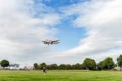 LONDRES, INGLATERRA - 22 DE AGOSTO DE 2016: Aterrissagem de EC-KBX Iberia Linhas Aéreas Airbus A319 no aeroporto de Heathrow, Lon Imagem de Stock
