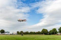 LONDRES, INGLATERRA - 22 DE AGOSTO DE 2016: Aterrissagem de EC-KBX Iberia Linhas Aéreas Airbus A319 no aeroporto de Heathrow, Lon Imagem de Stock Royalty Free
