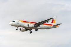 LONDRES, INGLATERRA - 22 DE AGOSTO DE 2016: Aterrissagem de EC-KBX Iberia Linhas Aéreas Airbus A319 no aeroporto de Heathrow, Lon Fotos de Stock Royalty Free