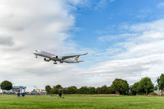 LONDRES, INGLATERRA - 22 DE AGOSTO DE 2016: Aterrissagem de ET-ATR Ethiopian Airlines Airbus A350 no aeroporto de Heathrow, Londr fotografia de stock