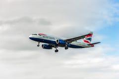 LONDRES, INGLATERRA - 22 DE AGOSTO DE 2016: Aterrissagem de G-EUUZ British Airways Airbus A320 no aeroporto de Heathrow, Londres Fotografia de Stock Royalty Free