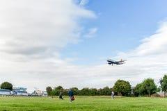 LONDRES, INGLATERRA - 22 DE AGOSTO DE 2016: Aterrissagem de G-EUYB British Airways Airbus A320 no aeroporto de Heathrow, Londres Imagem de Stock