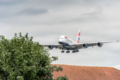 LONDRES, INGLATERRA - 22 DE AGOSTO DE 2016: Aterrissagem de G-XLEK British Airways Airbus A380 no aeroporto de Heathrow, Londres Imagens de Stock