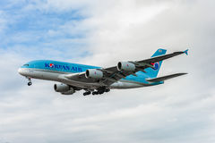 LONDRES, INGLATERRA - 22 DE AGOSTO DE 2016: Aterrissagem de HL7619 Korean Air Airbus A380 no aeroporto de Heathrow, Londres Foto de Stock