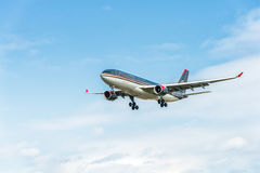 LONDRES, INGLATERRA - 22 DE AGOSTO DE 2016: Aterrissagem de JY-AIF Royal Jordanian Airbus A330 no aeroporto de Heathrow, Londres Imagem de Stock Royalty Free