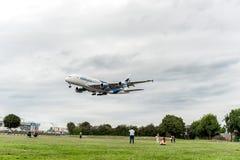 LONDRES, INGLATERRA - 22 DE AGOSTO DE 2016: Aterrissagem de 9M-MNE Malaysia Airlines Airbus A380 no aeroporto de Heathrow, Londre Foto de Stock Royalty Free