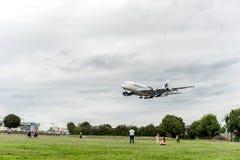 LONDRES, INGLATERRA - 22 DE AGOSTO DE 2016: Aterrissagem de 9M-MNE Malaysia Airlines Airbus A380 no aeroporto de Heathrow, Londre Imagens de Stock