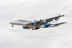 LONDRES, INGLATERRA - 22 DE AGOSTO DE 2016: Aterrissagem de 9M-MNE Malaysia Airlines Airbus A380 no aeroporto de Heathrow, Londre Fotografia de Stock
