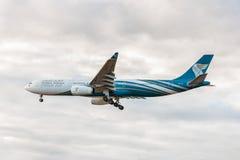LONDRES, INGLATERRA - 22 DE AGOSTO DE 2016: Aterrissagem de A4O-DD Oman Air Airbus A330 no aeroporto de Heathrow, Londres Imagem de Stock